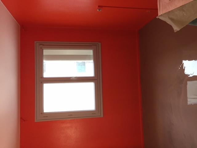 peinture-acrylique-mur-rouge-tableau-tête-de-lit
